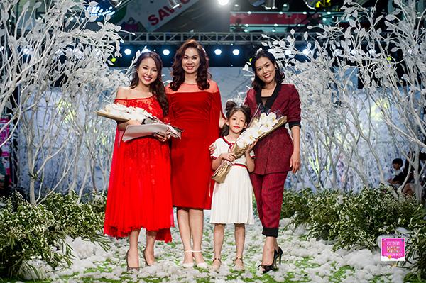 Bà Đinh Hương  Giám đốc sản xuất chương trình bên cạnh MC Thanh Vân Hugo và Diễn viên Hà Hương.