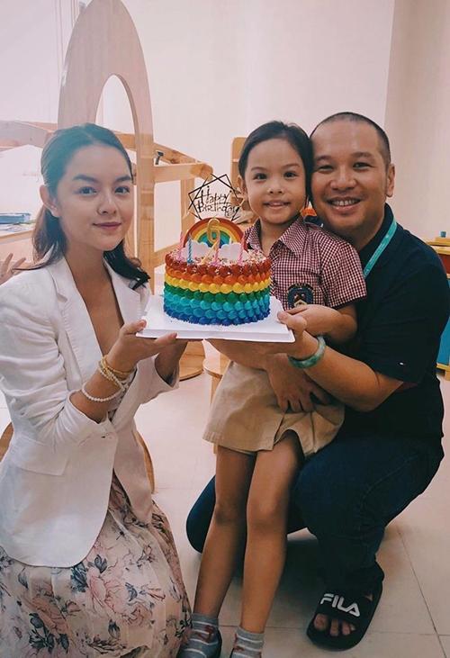 Phạm Quỳnh Anh chụp ảnh cùng chồng trong dịp sinh nhật con gái mới đây.