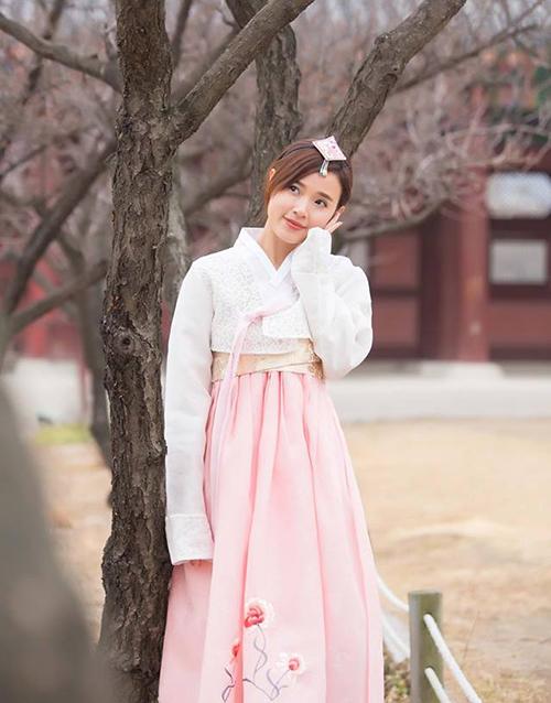 Midu duyên dáng chẳng kém con gái Hàn thứ thiệt khi khoác lên mình bộ hanbok.