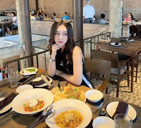 Quỳnh Kool sang chảnh đi ăn cùng bạn bè.
