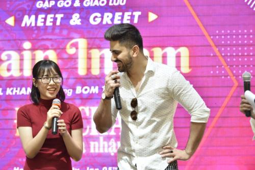 Nam diễn viên điển trai bị fan nữ đặt câu hỏi về việc đã có người yêu chưa. Zain Imam khá ngượng ngùng và đáp Tôi vẫn độc thân. Anh còn khiến fan sửng sốt khi cho biết sẵn lòng yêu một cô gái Việt Nam nếu có cơ hội và duyên.