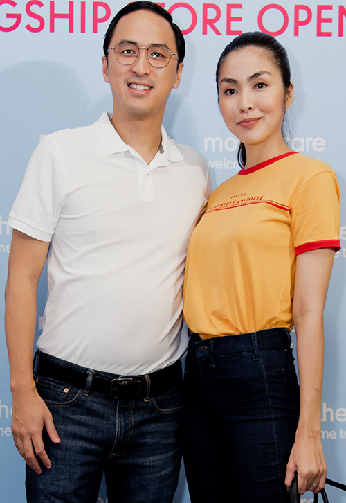 Ngày 5/1, Tăng Thanh Hà và chồng tham dự sự kiện ở TP HCM. Cả hai xuất hiện tình tứ gây bất ngờ cho nhiều người có mặt. Lâu lắm mới thấy nữ diễn viên công khai cùng chồng dự sự kiện thế này. Thỉnh thoảng cô vẫn hay khoe ảnh ngọt ngào trong những chuyến đi du lịch.