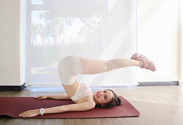 Angela Phương Trinh tập yoga khoe dáng chuẩn.