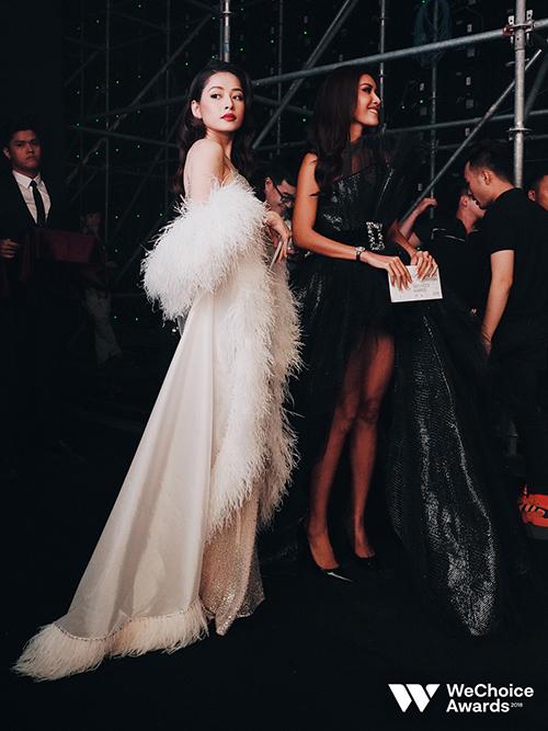 Trong một khoảnh khắc đứng cạnh Minh Tú, Chi Pu trông không hề lép vé dù cô thấp hơn siêu mẫu đàn chị 15 cm.