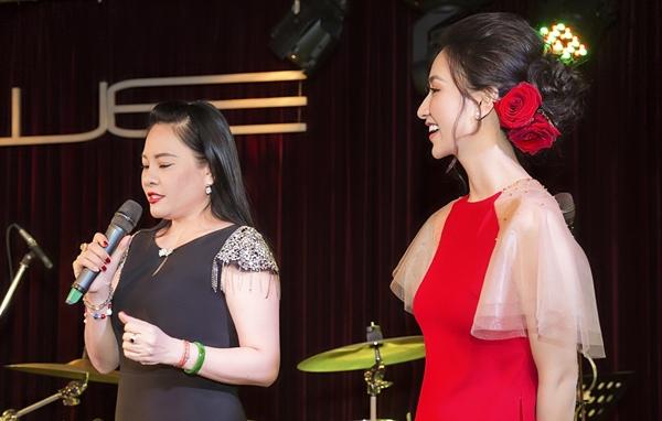 Hà Thu từng là á hậu, đại diện Việt Nam tham dự Hoa hậu Trái đất 2017. Không theo học âm nhạc một cách bài bản, chuyên nghiệp nhất nhưng Hà Thu vẫn cho thấy có sự cầu tiến. Cô theo học hỏi người thầy - ca sĩ Đông Đào và không sợ bị gắn mác người đẹp đi hát. Nhận xét về học trò, Đông Đào nói: Hà Thu thời gian đầu hát còn cứng, không hợp với bolero. Thu là một người thông minh và biết cố gắng. Hôm nay, chúng ta có một Hà Thu mềm mại và uyển chuyển hơn nhiều trong giọng hát.