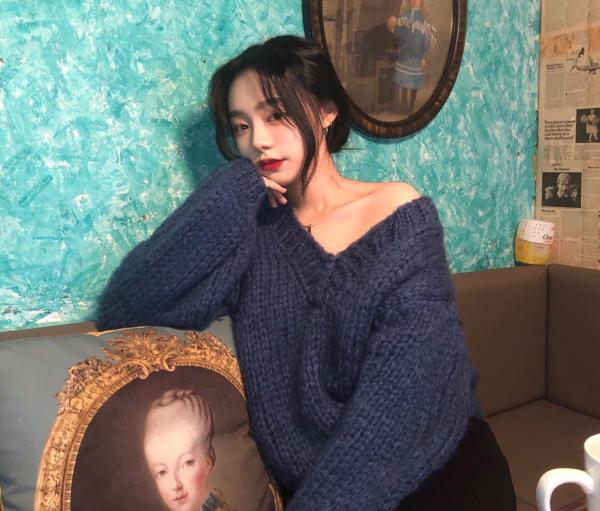 Cũng như mọi chiếc áo len khác, áo cổ V cũng được đan bằng nhiều chất len khác nhau để độ dày mỏng, vì vậy con gái có thể lựa chọn áo với sợi len bông to hoặc áo len tăm. Với các cô gái Hàn Quốc thì chất áo len co giãn cao và hơi bó vào người vẫn là hot item hơn cả.