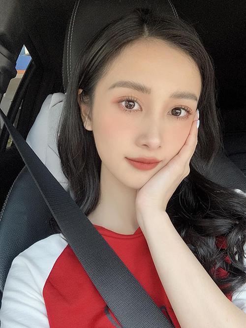 Jun Vũ selfie khoe gương mặt không tì vết với đôi mắt to tròn như búp bê và làn da mịn màng.