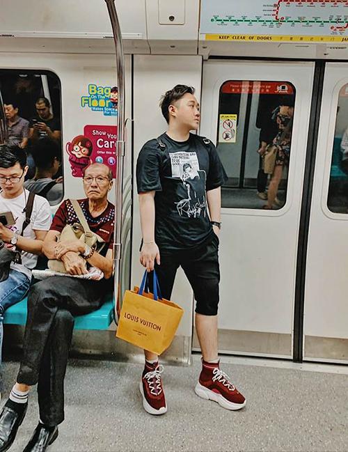 Trung Quân chụp ảnh trên tàu điện ngầm vẫn chất lừ như tạp chí.