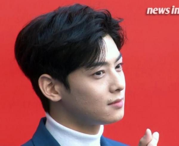 Cha Eun Woo thấy có lỗi vì không chăm sóc da tốt.
