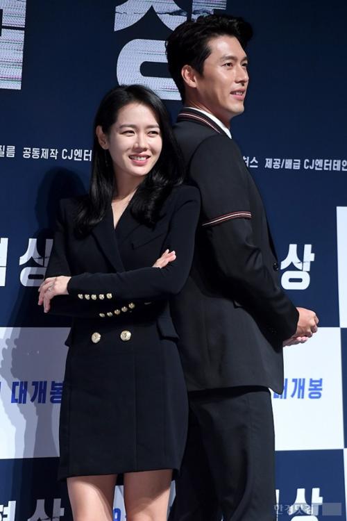 Son Ye Jin và Hyun Bin trong họp báo The Negotiation năm 2018.