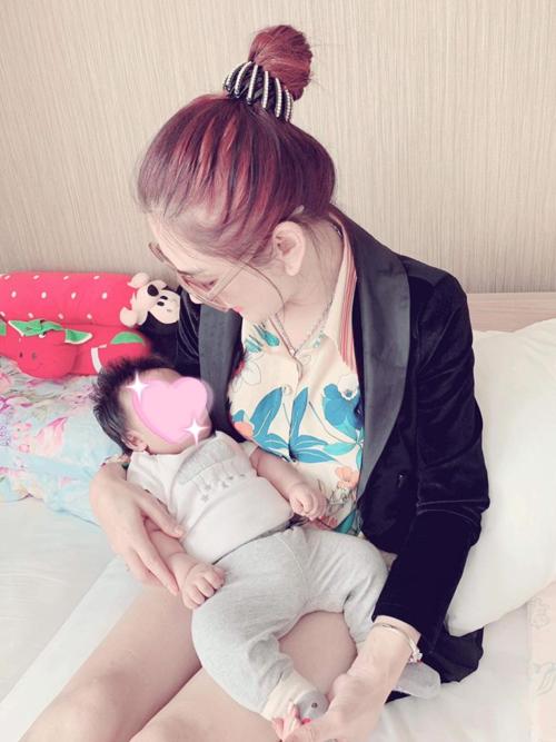 Đón con trai, Khánh Chi hoàn thành trọn vẹn giấc mơ trở thành đàn bà.