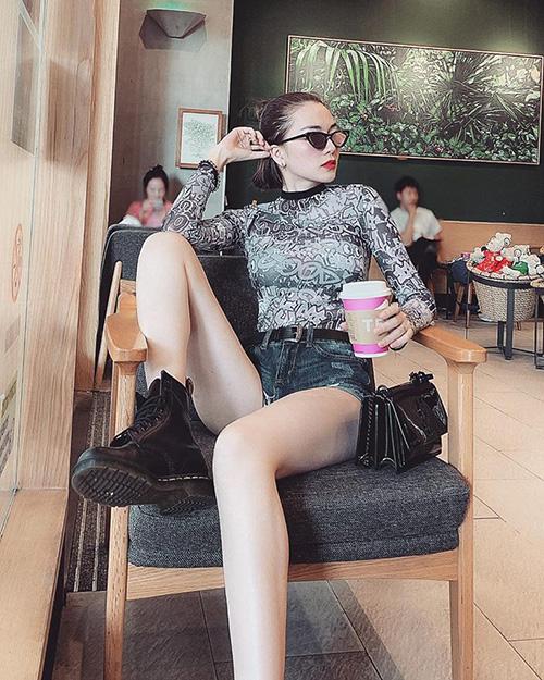 Thiều Bảo Trang có dáng ngồi gây tranh cãi khi mặc quần siêu ngắn.