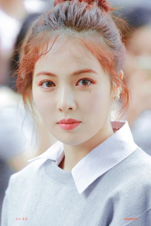 Hyun Ah theo đuổi hình tượng sexy nhưng cô nàng đẹp nhất khi trang điểm nhẹ nhàng. Nữ ca sĩ gây sốt với hình ảnh ngây thơ khi đến đài truyền hình. Đây được coi là bức ảnh huyền thoại của Hyun Ah.
