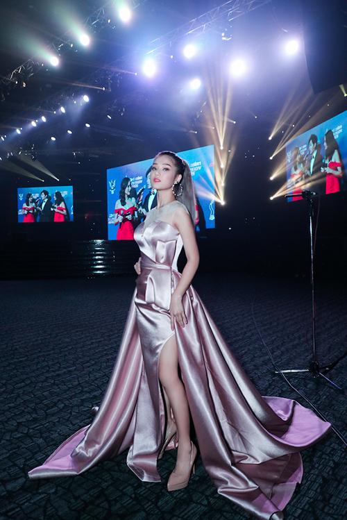Tối 12/1, Hoàng Yến Chibi tham dự Lễ trao giải Truyền hình châu Á - Asian Television Awards lần thứ 23 ở Malaysia. Lần đầu tiên trong lịch sử trao giải có sự góp mặt của các đại diện đến từ Việt Nam. Hoàng Yến Chibi là gương mặt có được vinh dự này.