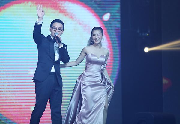 Ngoài việc xuất hiện trên thảm đỏ với tư cách khách mời danh dự, Hoàng Yến Chibi là một trong hai diễn viên duy nhất của Việt Nam được mời lên trên sân khấu để trao giải. Giọng ca Nụ hôn đánh rơi bước lên sân khấu vinh danh và trao giải thưởng Nữ diễn viên chính xuất sắc nhất cho nữ diễn viên Hàn Quốc Kim Nam Joo.