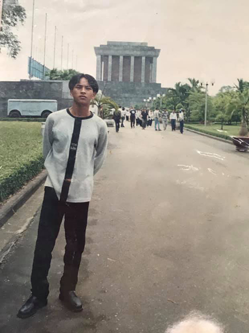 Hồ Quang Hiếu khiến fan cười ngất khi khoe ảnh ngố tàu 20 năm trước, thời mới được đến thăm Lăng Bác lần đầu.