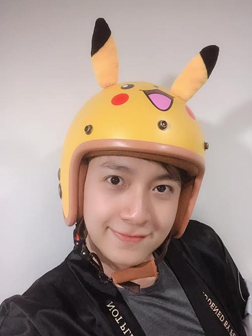 Ngô Kiến Huy đội mũ bảo hiểm tai Pikachu rất bá đạo.