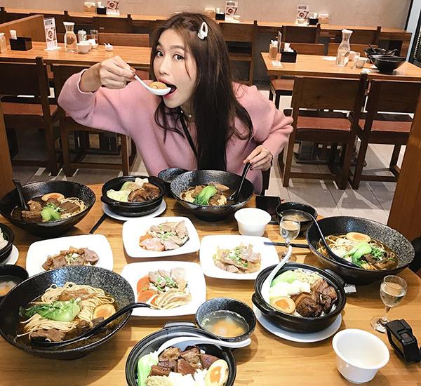 Người mẫu Quỳnh Châu ăn quên lối về ở Đài Loan.