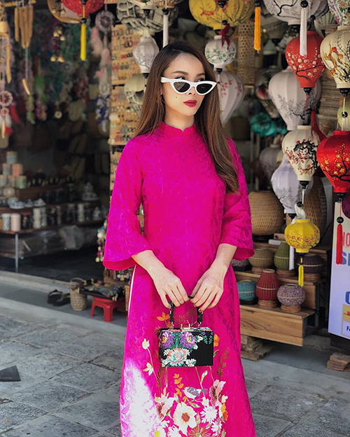 Yến Trang diện áo dài tự thiết kế dạo bước trên phố Hội An.