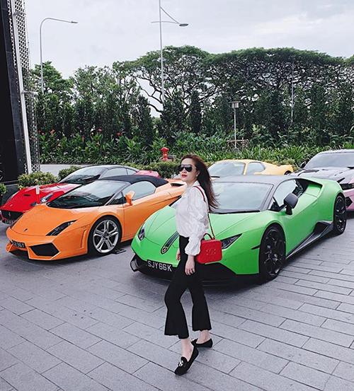 Bảo Thy gây choáng khi chụp hình bên dàn siêu xe đủ màu.