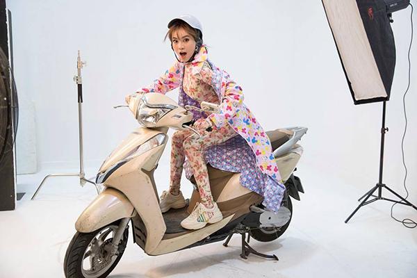 Lan Ngọc diện cả cây đồ lòe loẹt như Ninja đi chụp quảng bá cho Running Man Việt Nam.