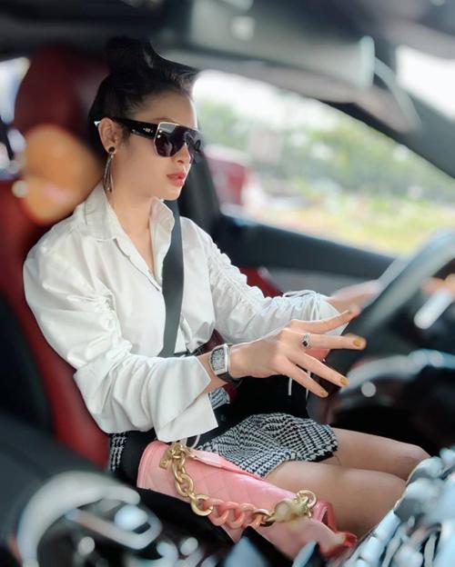 Phương Trinh Jolie sang chảnh tự lái xe đi diễn.