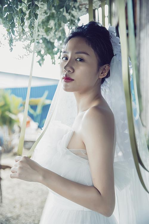 Văn Mai Hương mặt mộc, chủ động cầu hôn bạn trai giấu mặt trong MV