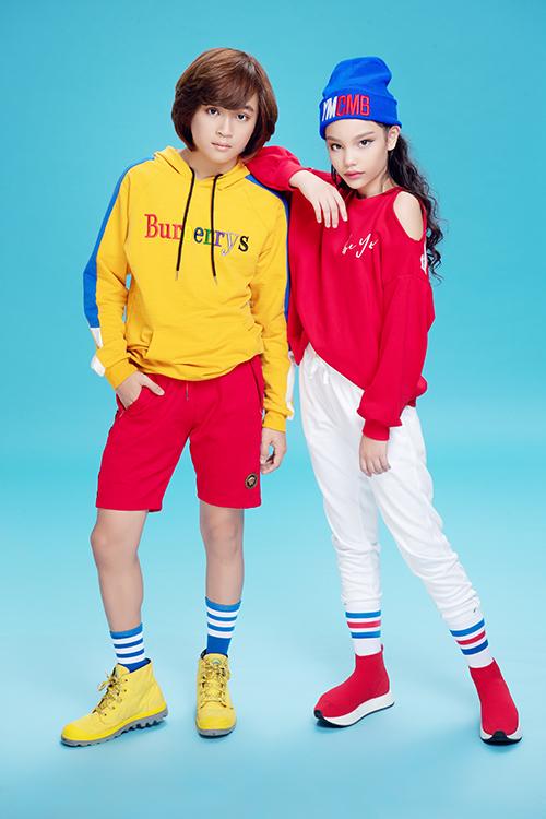 Màu sắc rực rỡ như vàng, đỏ, xanh được kết hợp khéo léo giúp Thiên Khôi và người bạn Alex trở nên nổi bật.
