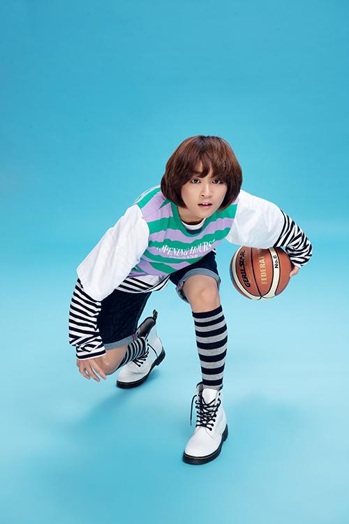 Cậu bạn rất yêu thích môn thể thao bóng rổ.