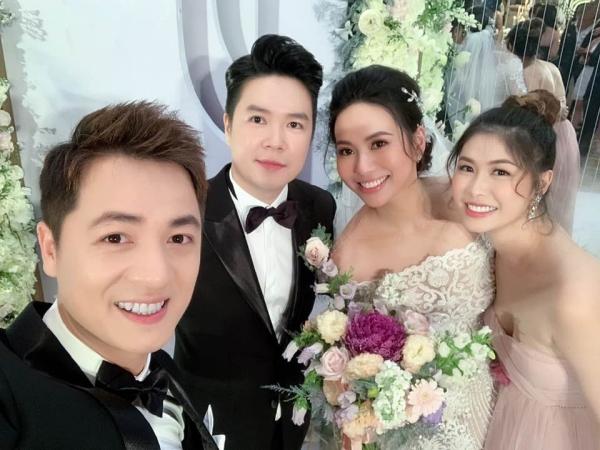 Lê Hiếu và bà xã chụp hình cùng vợ chồng Đăng Khôi.