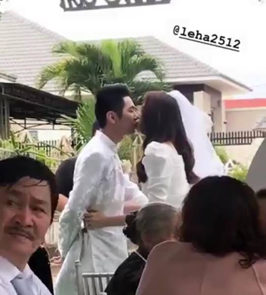 Lê Hà và chồng khóa môi trong lễ đính hôn.