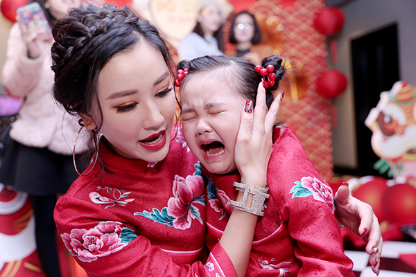 Trong bữa tiệc, Bồ Câu bật khóc nức nở vì bị bạn giành mất đồ chơi. Chỉ sau ít phút được mẹ dỗ dành, cô bé lại tươi cười hớn hở.