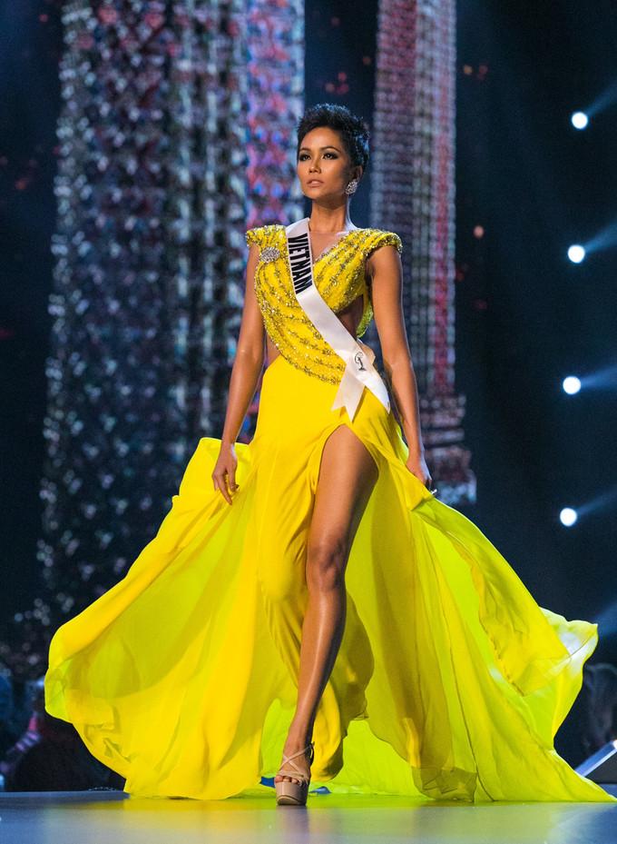 <p> H'Hen Niê làm nên kỳ tích khi lọt vào Top 5 Miss Universe 2018. Cô năm nay 27 tuổi, cao 1,73m cùng số đo ba vòng 83-60-97 cm.</p>