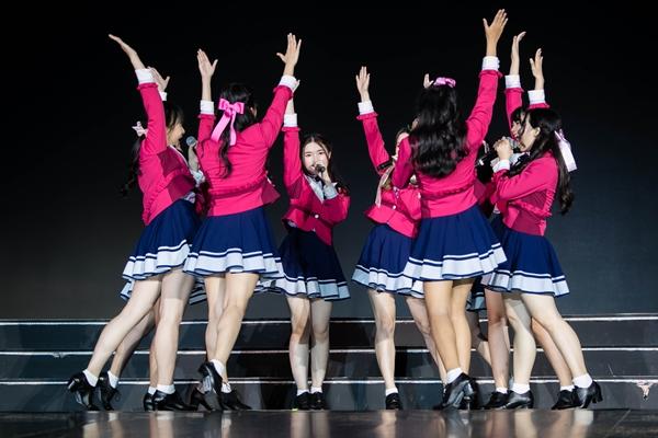 SGO48 là nhóm nhạc có tuổi đời nhỏ nhất trong các nhóm chị em đến từ Nhật Bản, Thái Lan, Trung Quốc, Đài Loan, Philippines, Indonesia. Các cô nàng xuất hiện với phong cách trình diễn tự tin, vũ đạo đồng đều, ngoại hình tươi tắn, xinh xắn.