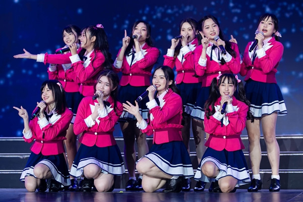Lần đầu trình diễn trên sân khấu quốc tê, trước 10.000 khán giả, SGO48 trình diễn 2 ca khúc Ngày đầu tiên (Shonichi) và Các bạn gái tôi ơi (Shoujotachi Yo) bằng tiếng Việt.