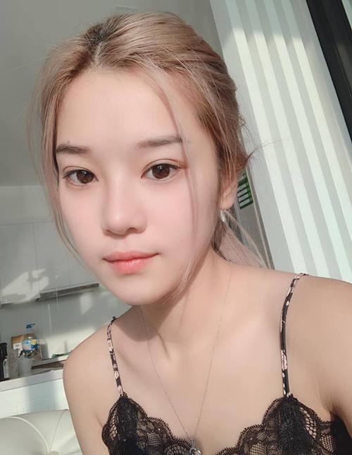 Yến Chibi tự tin selfie khoe mặt mộc khi ở nhà. Cô nàng là một trong những sao Việt chăm chỉ khoe dung mạo không son phấn nhất vì vốn có mắt to tròn, da mịn màng.