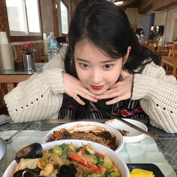 IU cười hí hửng, biểu cảm siêu cưng khi ngồi trước bàn đồ ăn ngon lành.