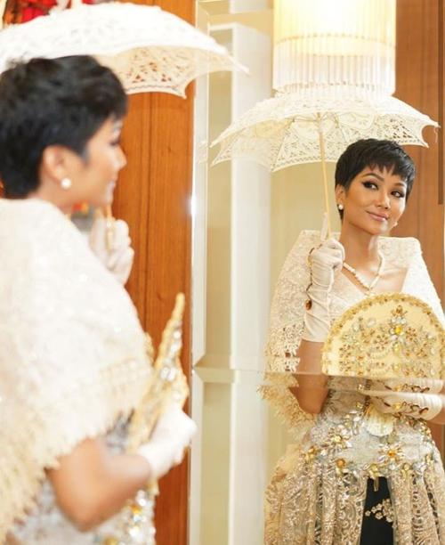 Diện trang phục truyền thống, HHen Niê được khen biết cách lấy lòng fan Philippines. Cô chứng minh mình xứng đáng với danh hiệu Timeless Beauty 2018 (Hoa hậu đẹp nhất thế giới) do chuyên trang Missosology (của Philippines) bình chọn.