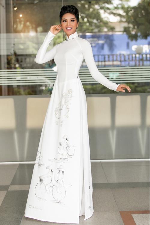 Áo dài là kiểu đồ thường xuyên đồng hành cùng HHen Niê trong các sự kiện, bộ ảnh thời trang.