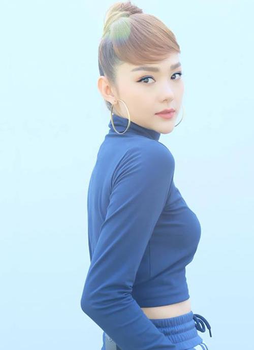 Nữ ca sĩ đôi lúc tạo mái thẳng, đôi lúc lại uốn cong phần mái trông rất tự nhiên, không khác gì vừa xén mái ngố. Đây là chiêu giúp Minh Hằng có thể F5 vẻ ngoài thường xuyên mà không lo hỏng tóc.