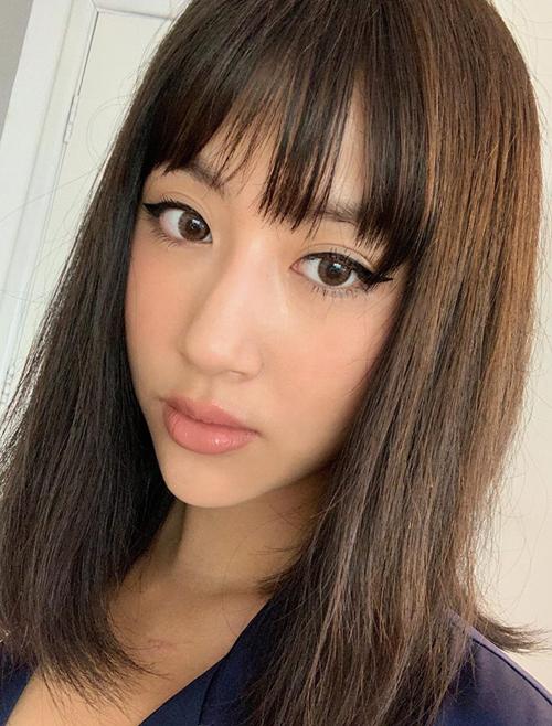 Không cần đến các chuyên gia, Quỳnh Anh Shyn có khả năng tự họa mặt hàng ngày rất xịn xò. Cô nàng cho thấy khả năng trang điểm đỉnh cao với đường eyeliner sắc lẹm hoàn hảo, đi cùng môi màu nude chuẩn phong cách Tây.