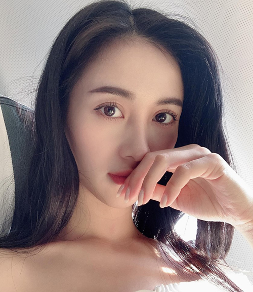 Jun Vũ chứng minh đơn giản là tốt nhất. Vốn có sẵn đường nét, cô nàng chỉ cần trang điểm một lớp nhẹ, chuốt mascara và kẻ eyeliner mỏng để nhấn vào đôi mắt, giúp diện mạo xinh yêu như búp bê.