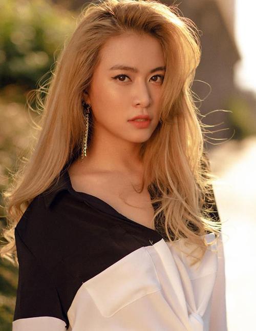 Hoàng Thùy Linh chọn lối trang điểm tự nhiên khi đi chơi Tết. Nữ ca sĩ kẻ lông mày nâu nhạt hợp mái tóc vàng hoe, đi kèm theo đó là lớp nền bóng khỏe, tông màu hơi tối để tạo da ngăm tự nhiên.