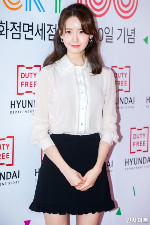 Nhan sắc không tuổi của Yoon Ah trở thành đề tài hot. Nữ ca sĩ mặc áo sơ mi trắng, chân váy đen có hình tượng như nữ sinh.