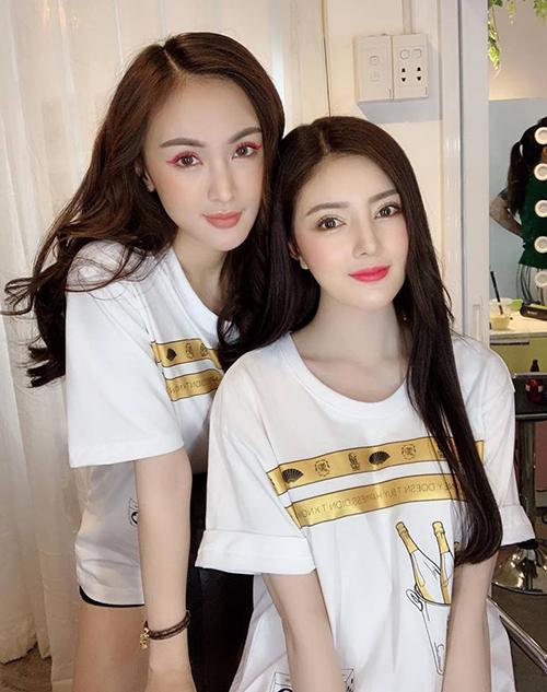 Kelly Nguyễn hơn Lilly Luta 2 tuổi nhưng cả hai cũng thường xuyên bị nhầm là sinh đôi. Cùng chuộng vẻ đẹp dao kéo kiểu búp bê, đôi bạn trông ngày càng giống nhau với mắt to, mũi cao, môi trái tim chúm chím.
