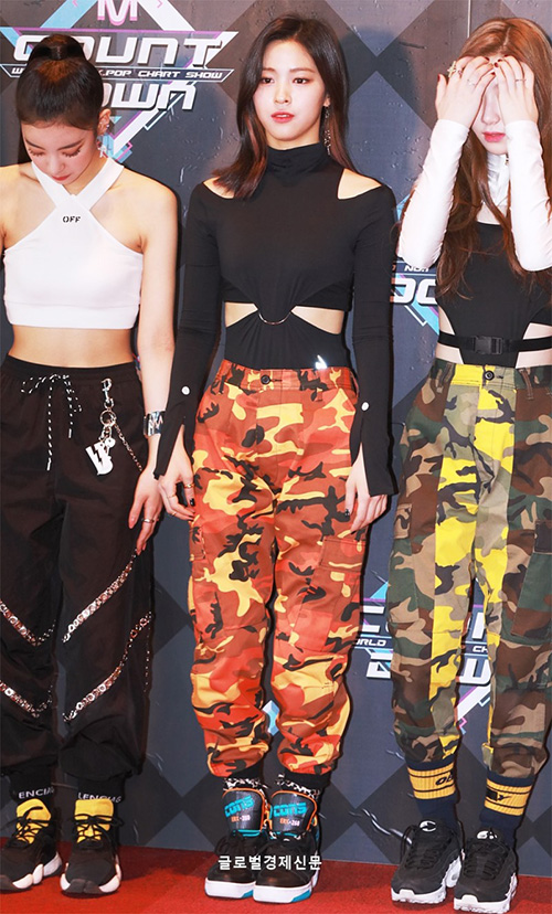 Áo crop top khoe eo, vòng họa tiết rằn ri cá tính và những đôi giày thể thao hầm hố là set đồ được ITZY lựa chọn cho sân khấu đầu tiên trên show âm nhạc.