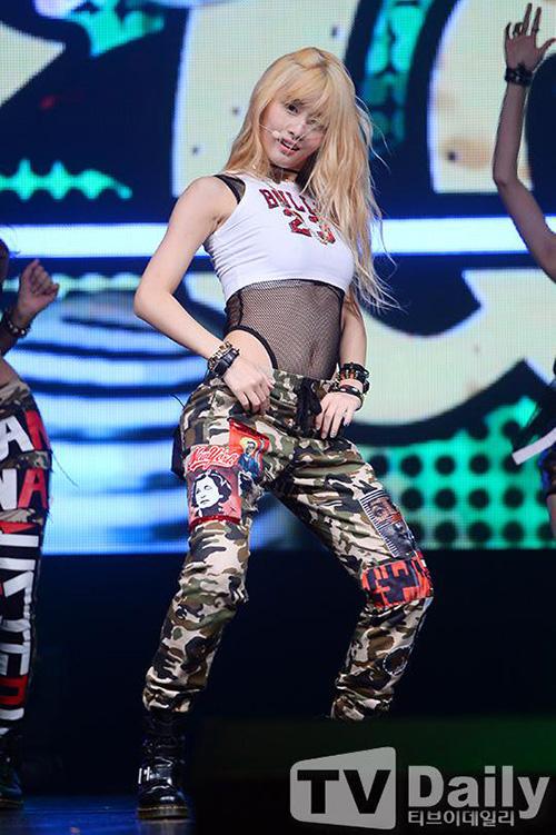 Combo với lưới sexy, quần rằn ri được đàn chị Twice sử dụng ngay trên showcase debut. ITZY cũng chọn trang phục tương tự cho sân khấu đầu tiên. Không ít netizen đang tỏ ra khó chịu, cho rằng nhóm nhạc mới nhà JYP hết ý tưởng, bắt chước phong cách của Twice.