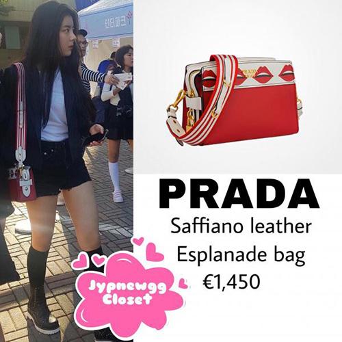 khi tới xem concert của TWICE, Lia đã diện chiếc túi Prada giá 1450 euro (khoảng 38,1 triệu VNĐ).