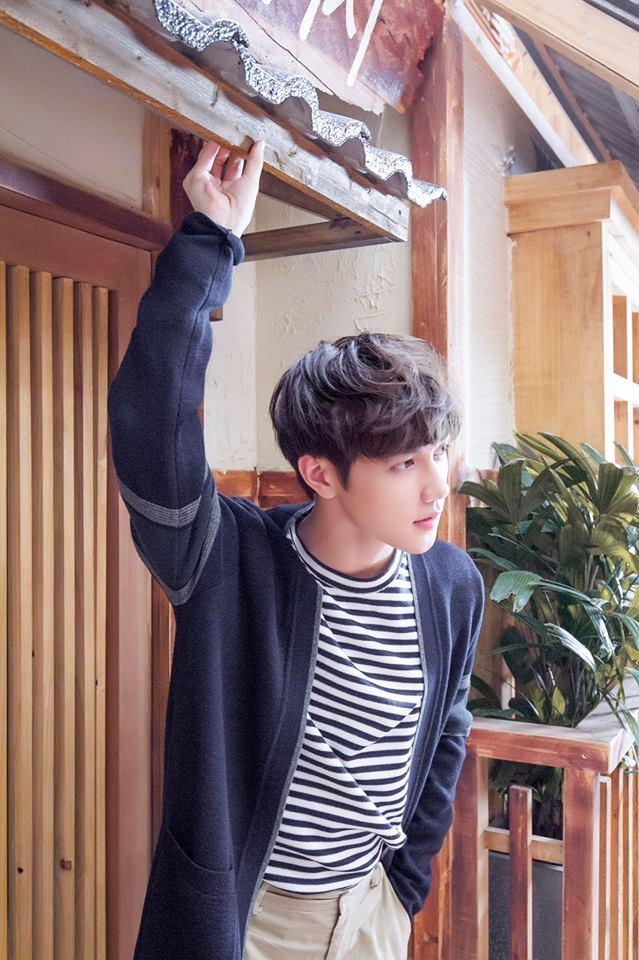 """<p>Đầu 2018, Jsol xuất hiện trong show hẹn hò """"Giai điệu chung đôi"""" với một cô bạn Hàn Quốc. 9x từng gây ấn tượng qua loạt ca khúc """"Lặng"""", """"Cơn mưa rào"""", """"Anh vẫn cứ lo""""... với hình ảnh một """"hoàng tử ballad"""".</p>"""