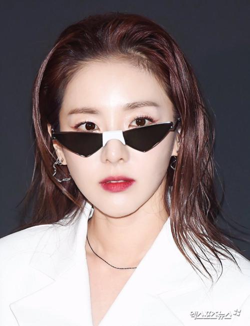Kiểu tóc vuốt ngược chất hơn nước cất của Dara khiến người hâm mộ choáng váng. Đây là kiểu tóc khó nhưng mỹ nhân YG đủ sức cân tất nhờ nhan sắc trẻ đẹp. Trong những bức hình chưa qua chỉnh sửa của báo chí, Dara khoe làn da căng bóng mịn màngđáng ngưỡng mộ.